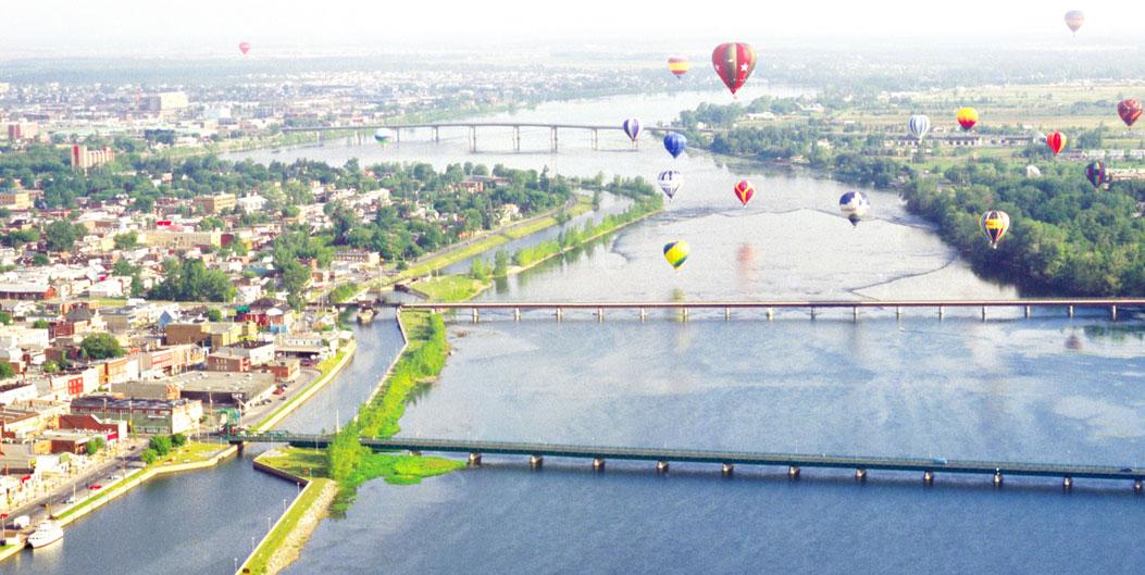 Vol de montgolfières au-dessus de la rivière Richelieu et de la Ville de Saint-Jean-sur-Richelieu.