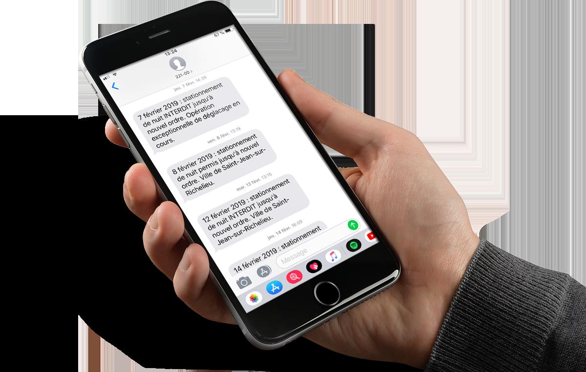 Un téléphone intelligent affichant des messages SMS.