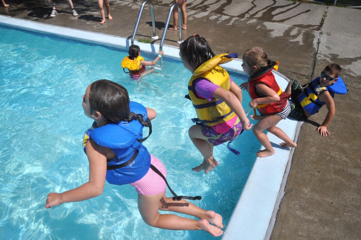 Des enfants sautant dans la piscine du Centre-de-plein-air-Ronald-Beauregard.