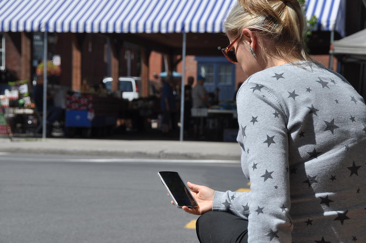 Une femme consultant son téléphone intelligent.