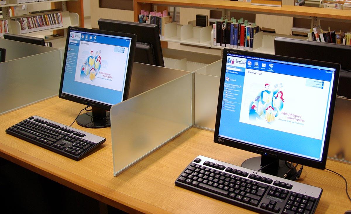 Des postes informatiques à la bibliothèque Saint-Luc.