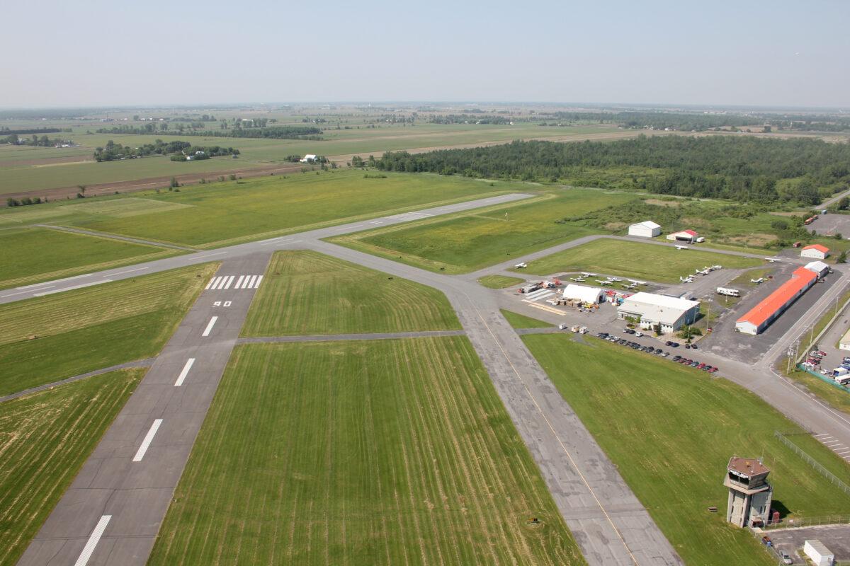 Une vue aérienne des pistes de l'aéroport municipal.