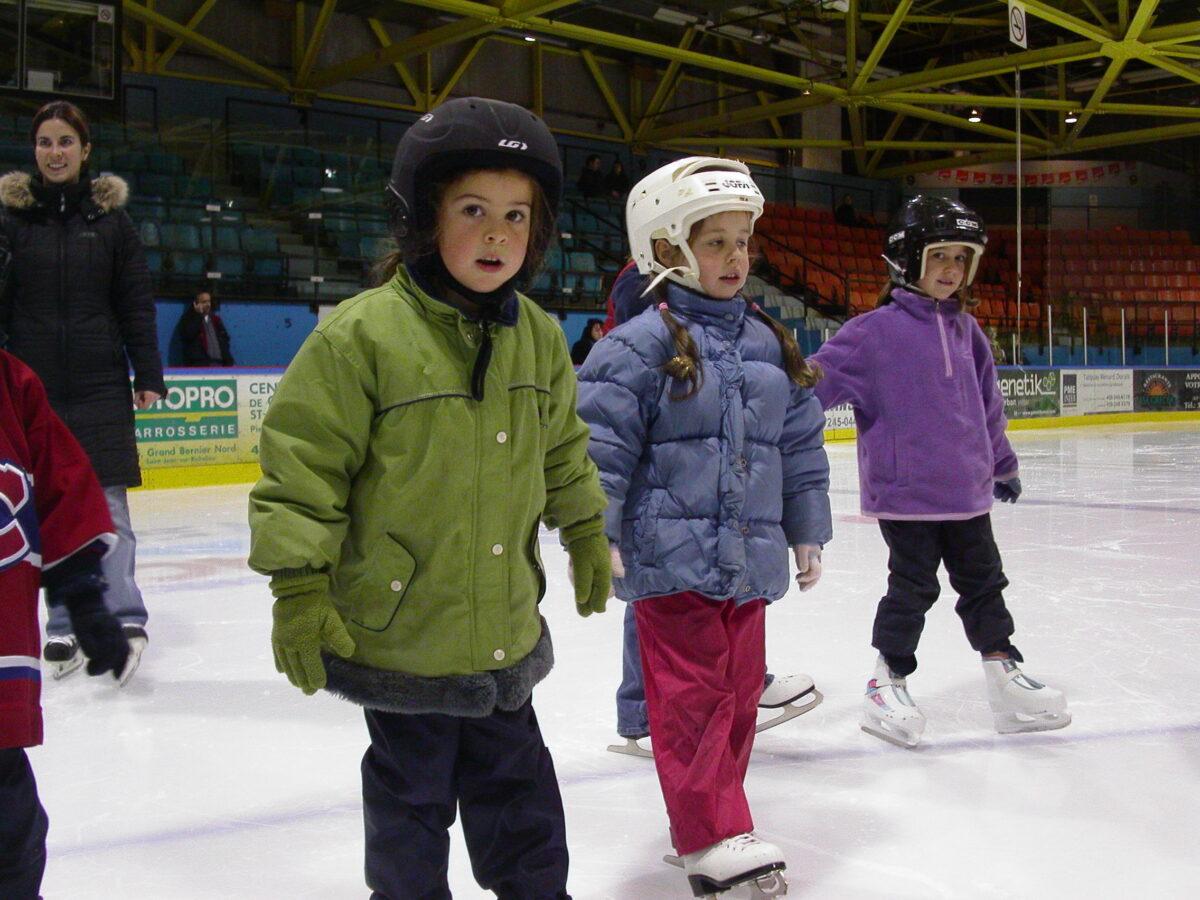 De jeunes filles patinant au Colisée Isabelle Brasseur.