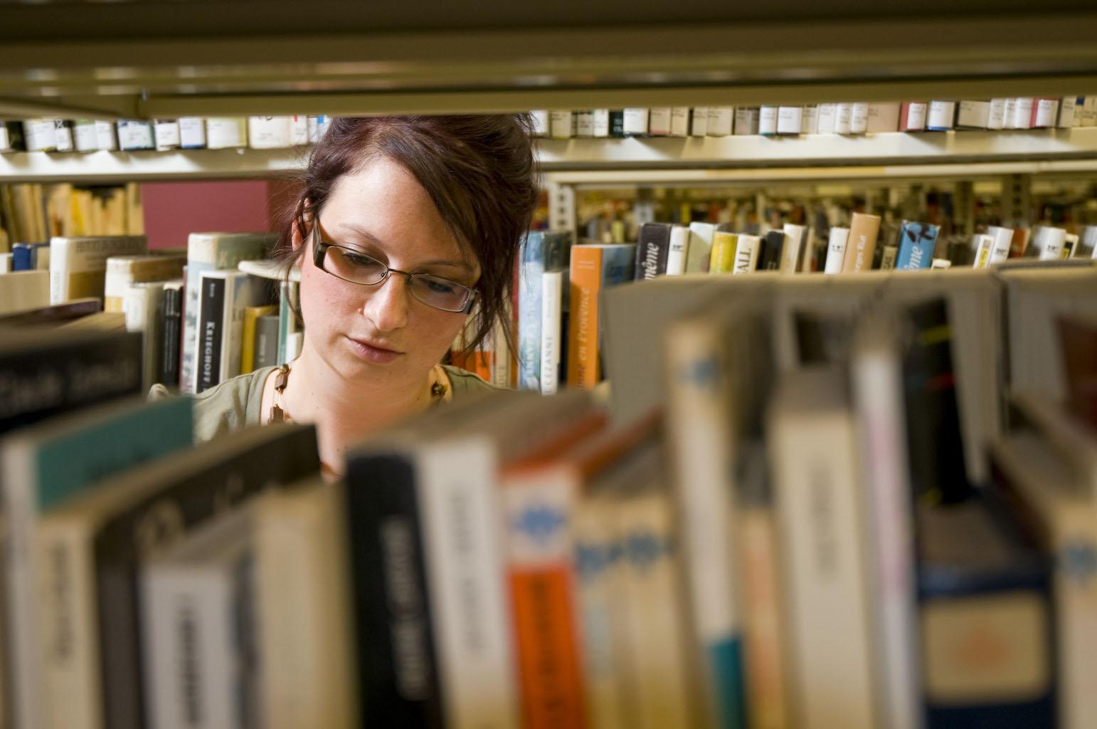 Des rayons de documents à la bibliothèque.