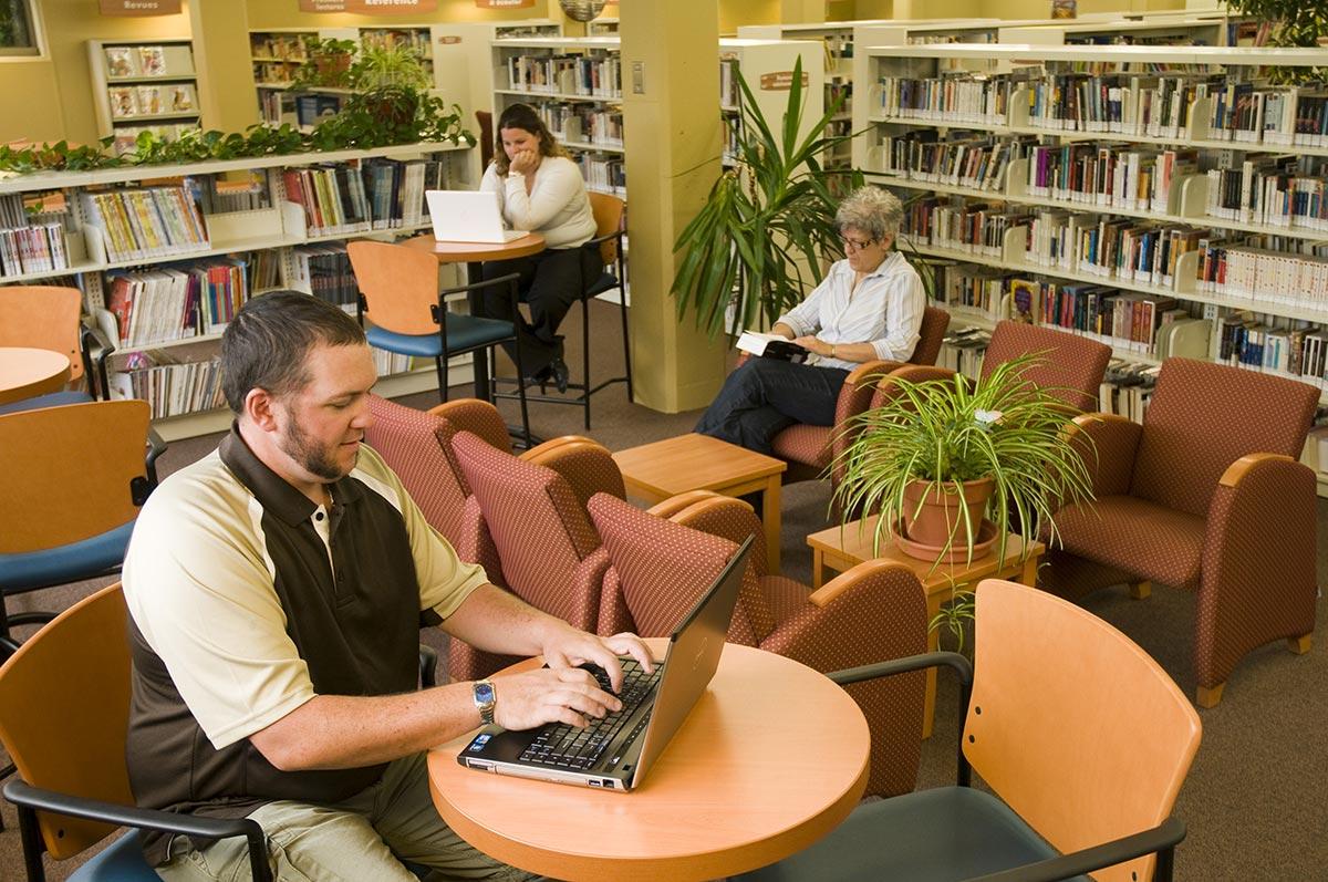 Des adultes à la bibliothèque.