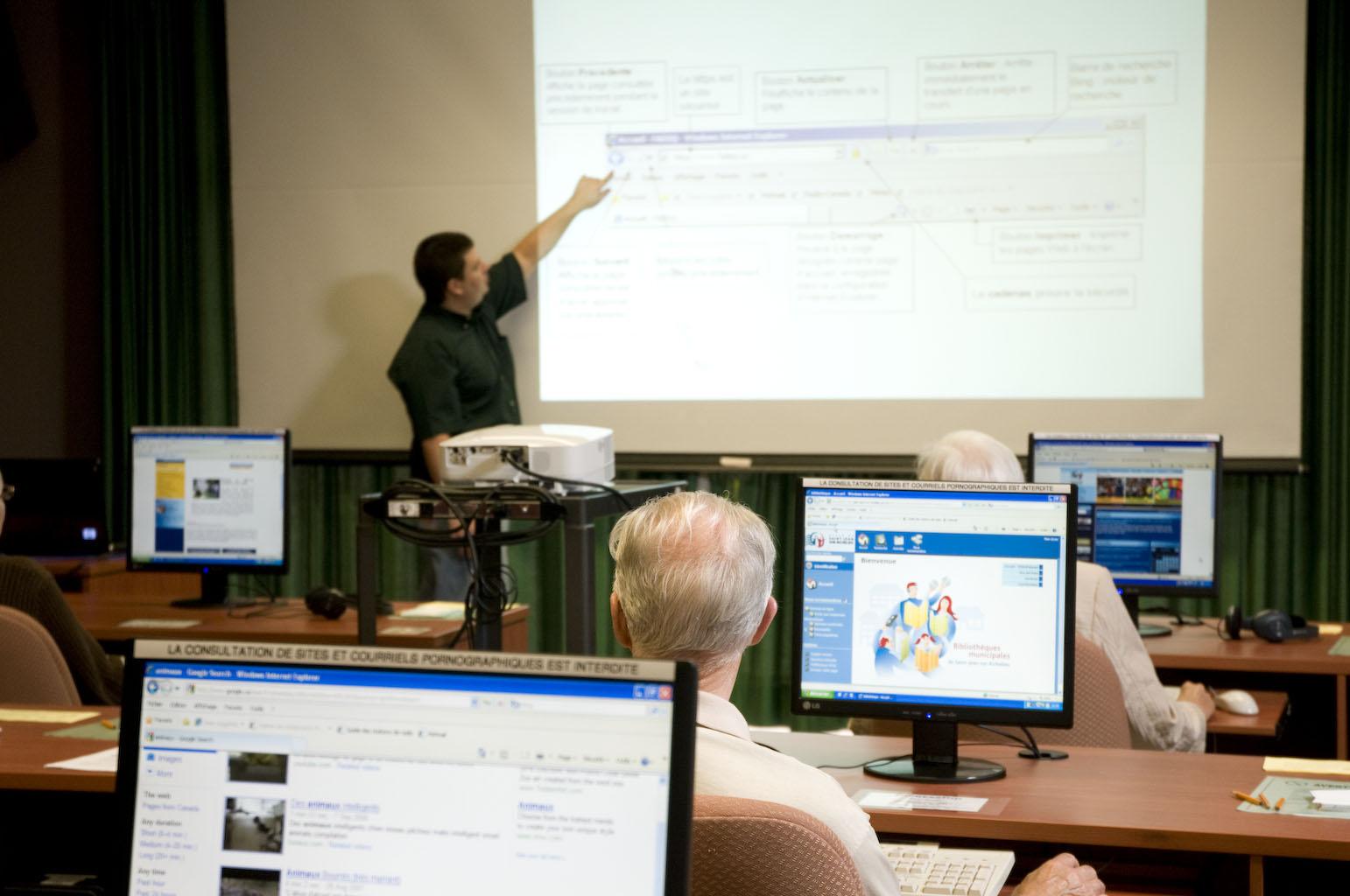 Un professeur animant un atelier informatique.