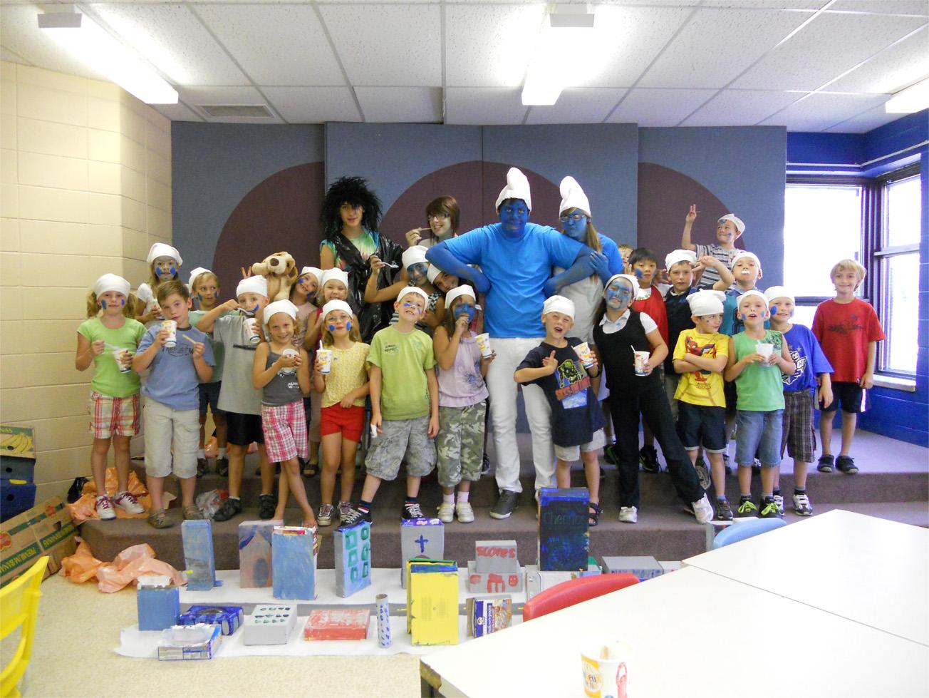 Une groupe d'enfants déguisés pour une activité du camp de jour.