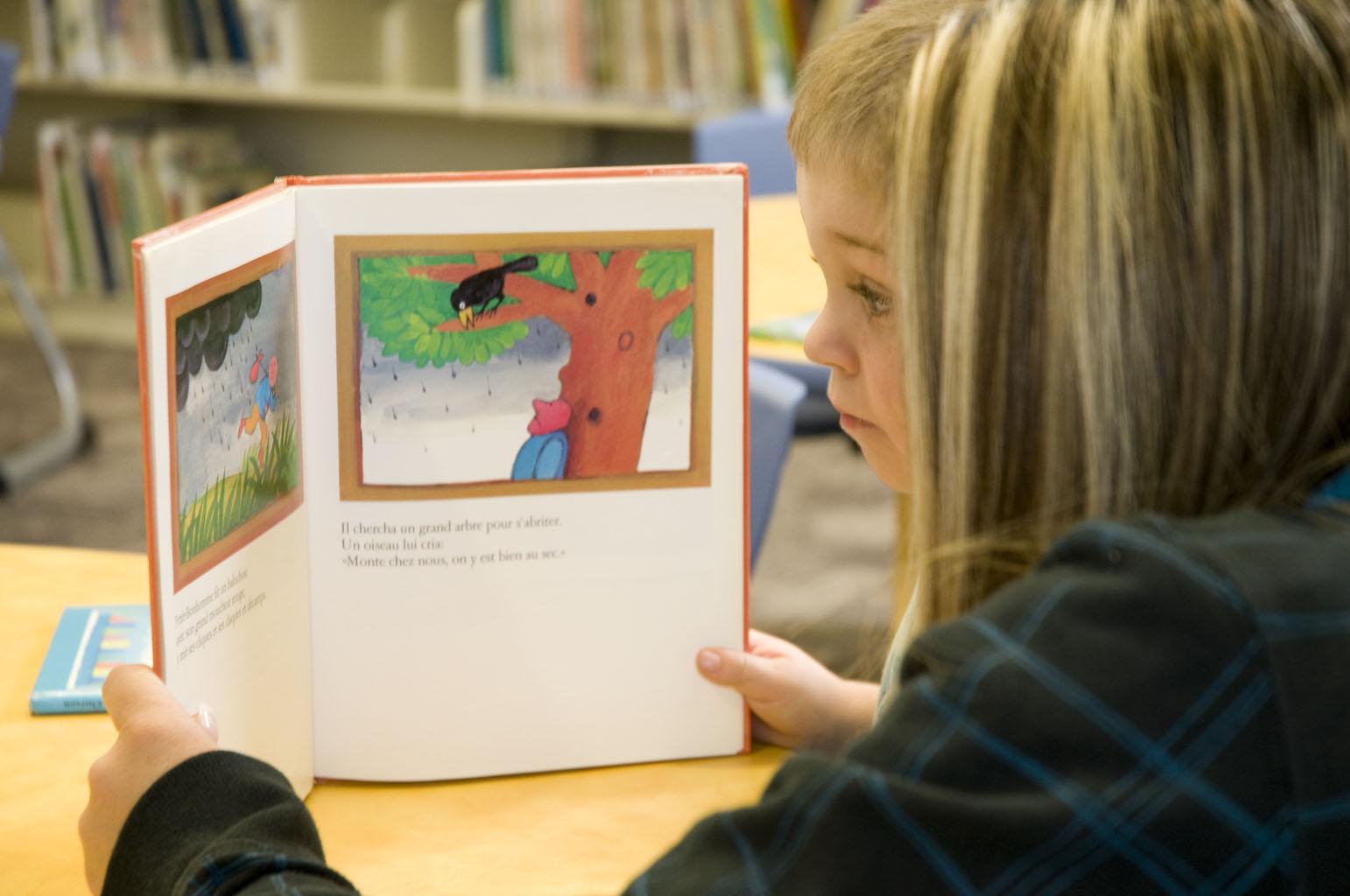 Lecture à un enfant à la bibliothèque Saint-Luc