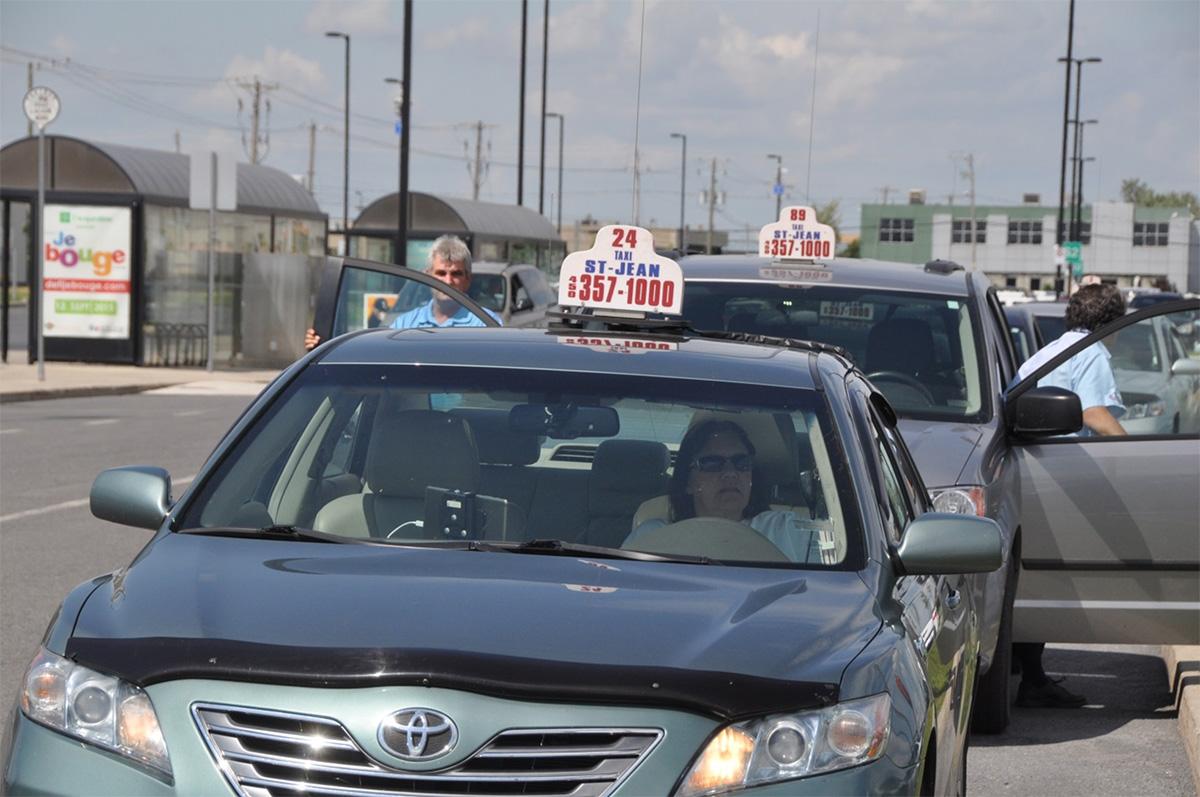 Des voitures de taxi stationnées au terminus.