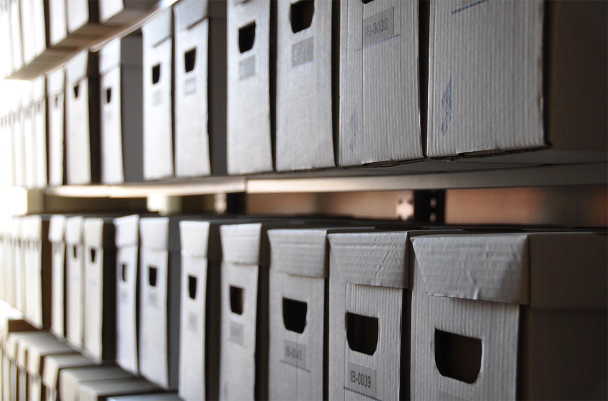 Des boîtes d'archives.
