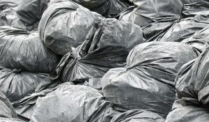 Des sacs poubelles.