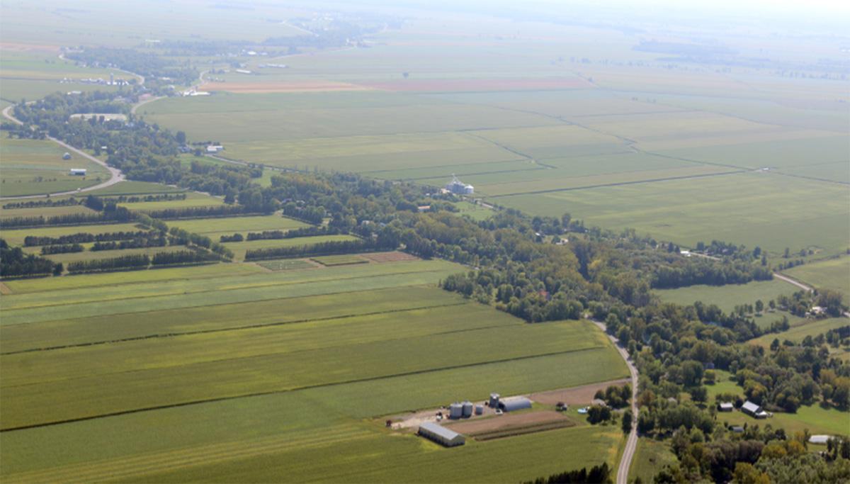 Vue aérienne d'un milieu rural.