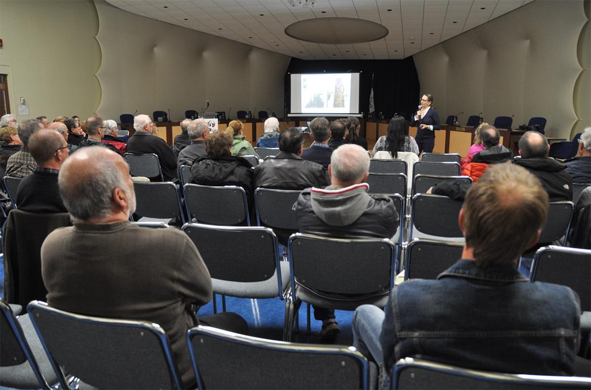 Des citoyens assistant à une séance d'information.