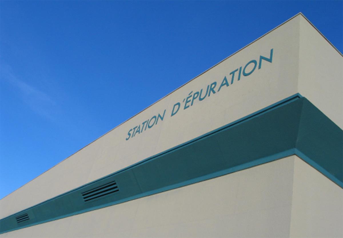 La façade de l'usine d'épuration.