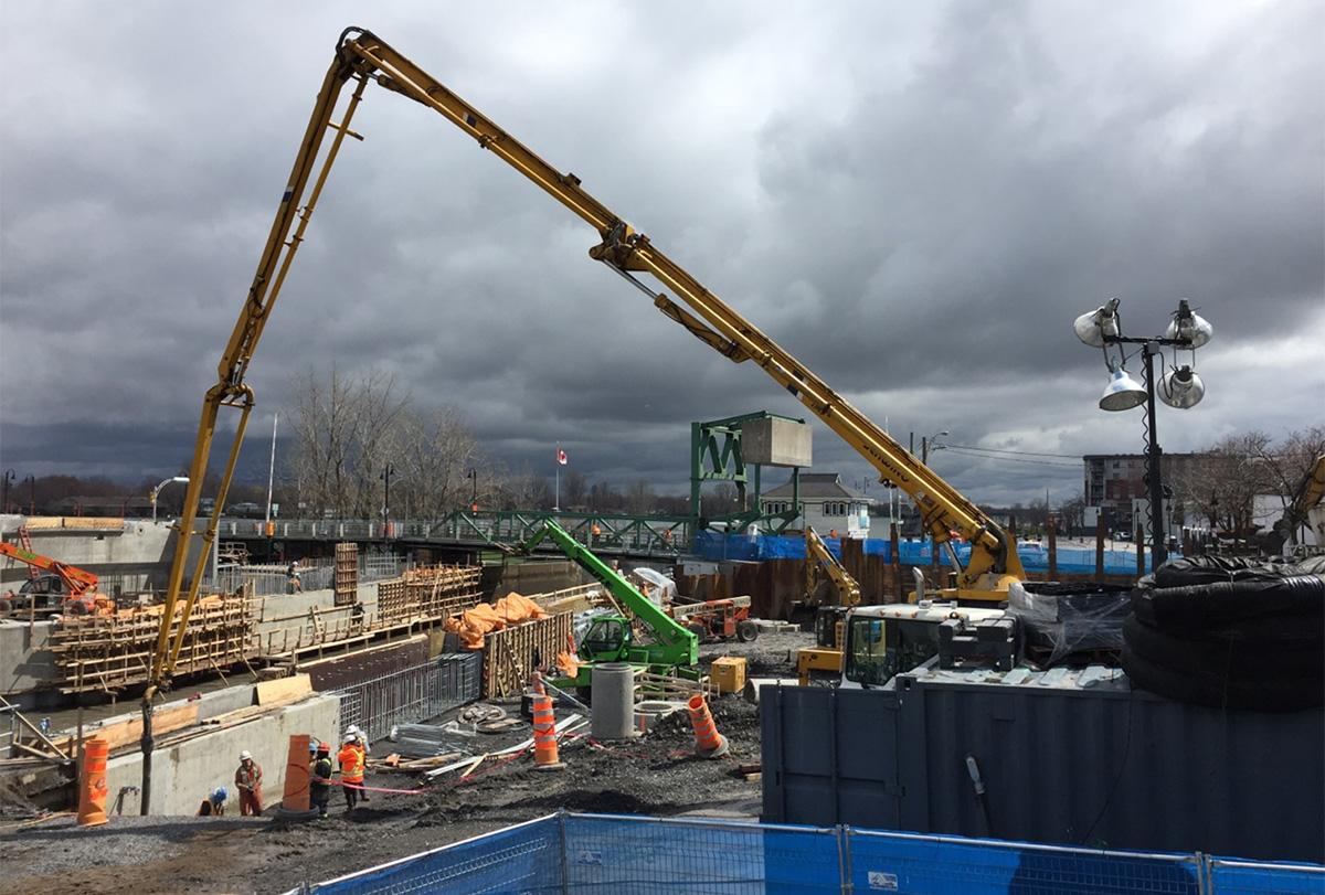 Les travaux de construction du nouveau pont.