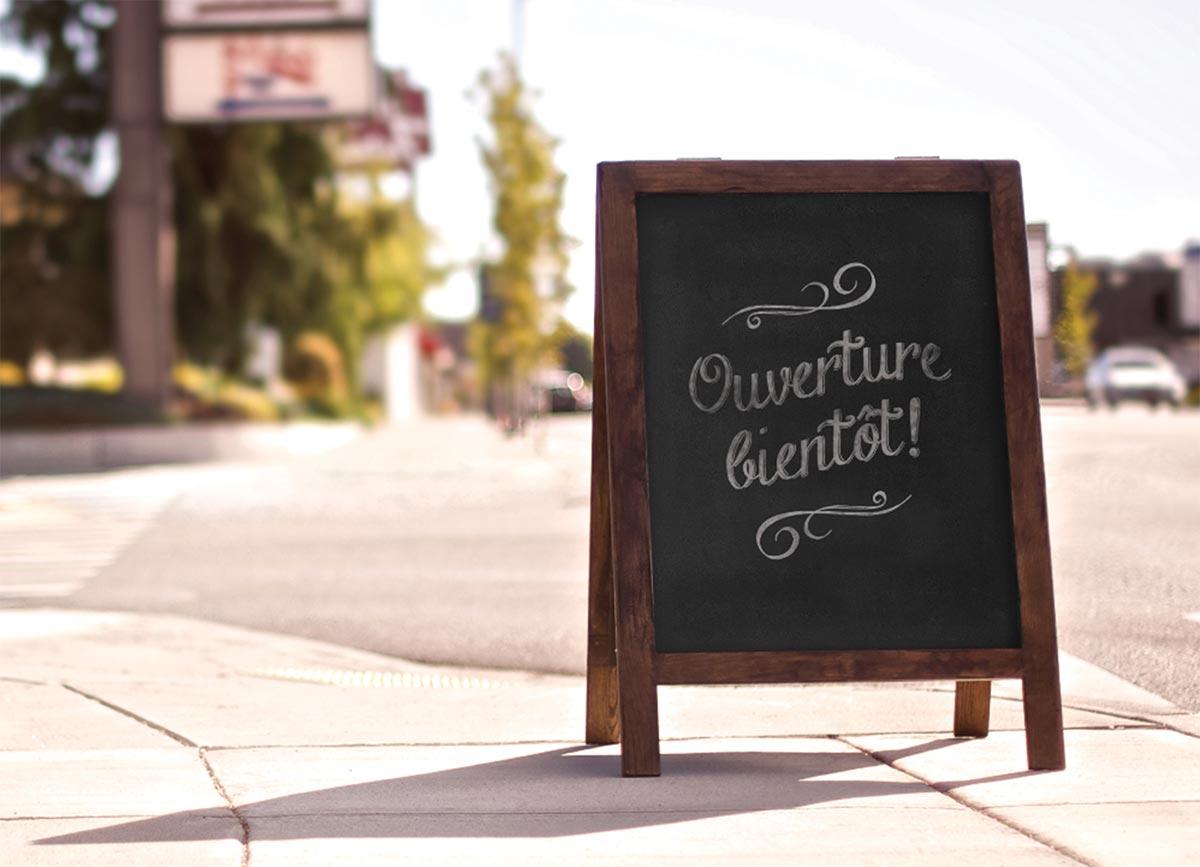 Un panneau annonçant «ouverture bientôt!».