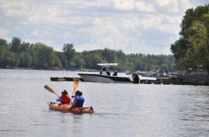 Deux kayakistes naviguant sur la rivière Richelieu.
