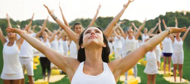 Des adeptes de yoga en plein-air.