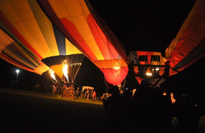 Une envolée de montgolfières lors d'une nuit magique.