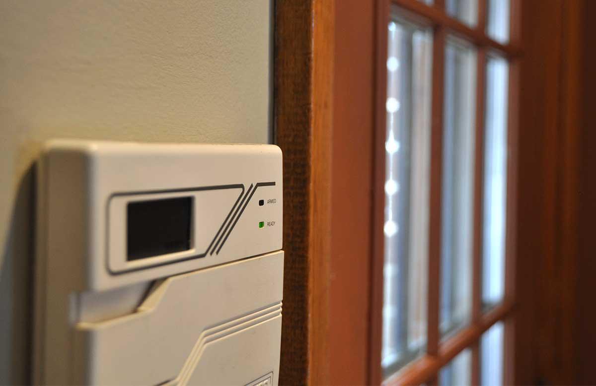 Le panneau de contrôle d'un système d'alarme résidentiel.