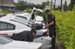Deux agents préparant un véhicule.