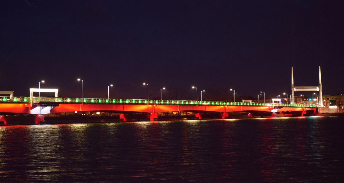 Le pont illuminé pour Noël.