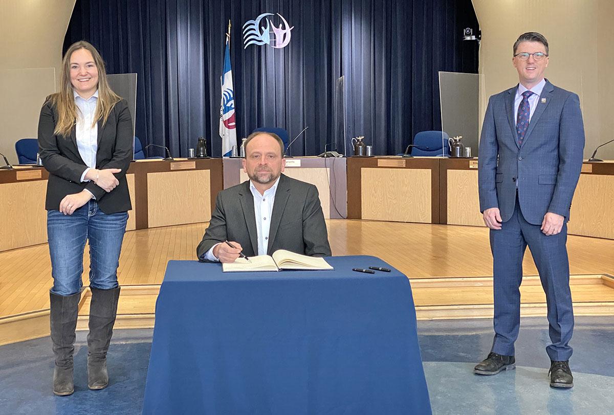 Signature du Livre d'or: La Ville honore Patrick Monast